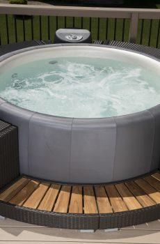 Гореща хидромасажна вана Softub Poseidon в цвят Syntex Graphite и ратанова мебел