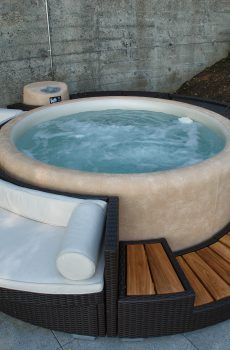 С тази ратанова мебел от висок клас Вашата SOFTUB се превръща в център на градината или верандата.