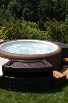 С тази ратанова мебел от висок клас Вашата SOFTUB се превръща в център на градината или верандата с много място за съхранение и меки възглавници.